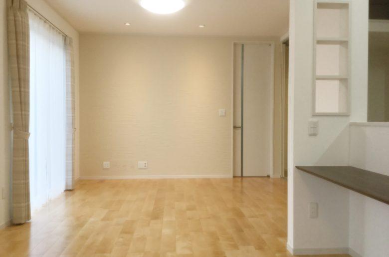 床は、優しい色合いが美しい無垢のカバザクラ。メインの壁には珪藻土のヒキズリ塗りでワンランクUP。豊かな表情が味わえます。