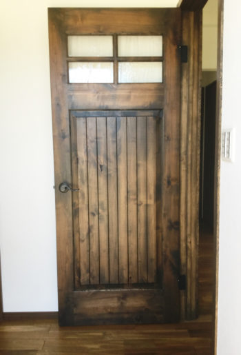 玄関に入るとひときわ目立つのがアンティーク調のハンドペイントドア。 まさに職人技の逸品です。
