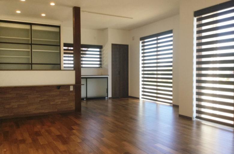 濃く深みのある色合いが魅力的なアカシアの床が、ホッと落ち着ける空間を作り上げてくれます。