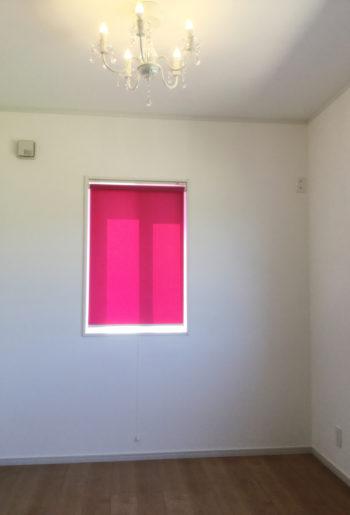 シャンデリア×鮮やかなピンクのロールカーテン。甘すぎず凜とした部屋に・・・。