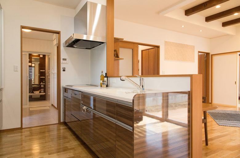 引戸を開ければ、浴室まで一直線の効率的な家事動線と家事収納。 お子様を見守りながら、家事もはかどります!