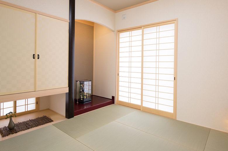 奥様こだわりのR型の下がり壁と、吊押入れ。床の間には季節のお飾りを。。。 障子を通して、柔らかい光が豊かな心地よさを与えてくれます。