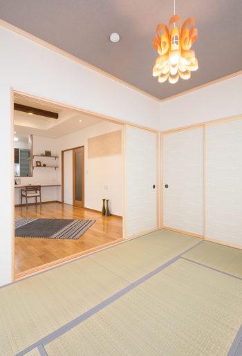 3枚引戸で開放感のある和室に・・・。 存在感のある和モダンデザインの照明をセレクト!
