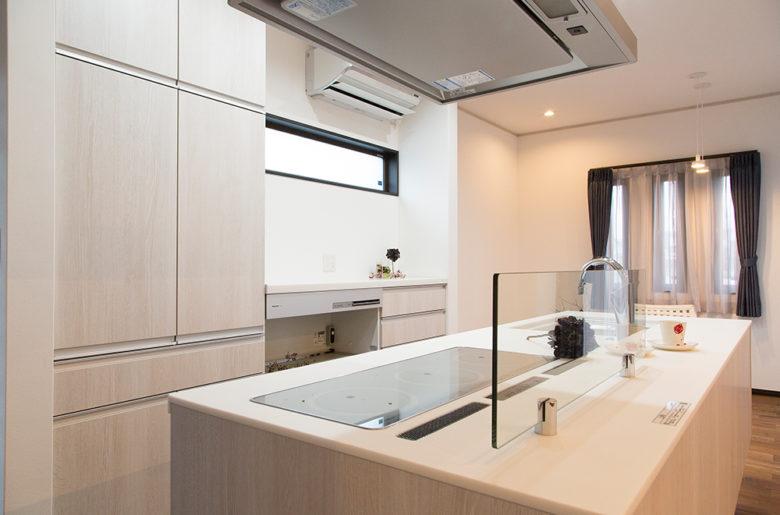 キッチン背面に大容量の収納庫。見せない収納ですっきりと。
