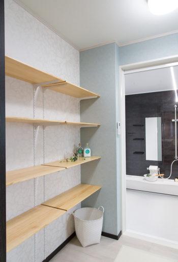 洗面所に収納棚を設けることで暮らしの動線を短縮できる。