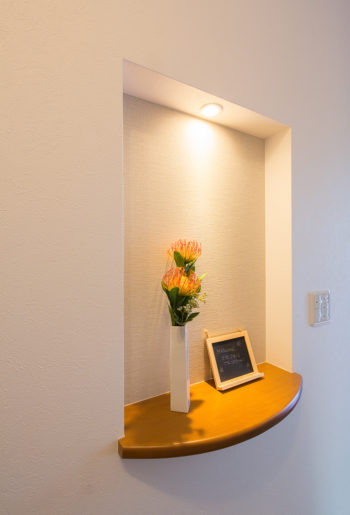 玄関ホールのニッチには、照明をプラスして明るく華やかな雰囲気に・・・。