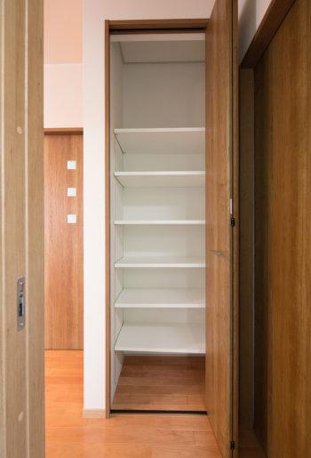 ついつい物が増えがちなリビングに便利な収納スペース