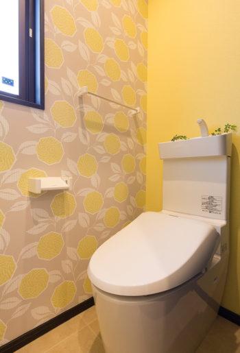 もうひとつのトイレはレモンイエローに北欧系の花柄をあわせてかわいらしく。