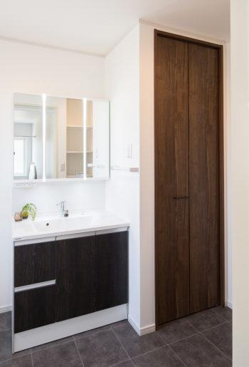 洗面台横には天井までの大収納があり、タオルや家族の下着類、洗剤等のストック類が納まります。