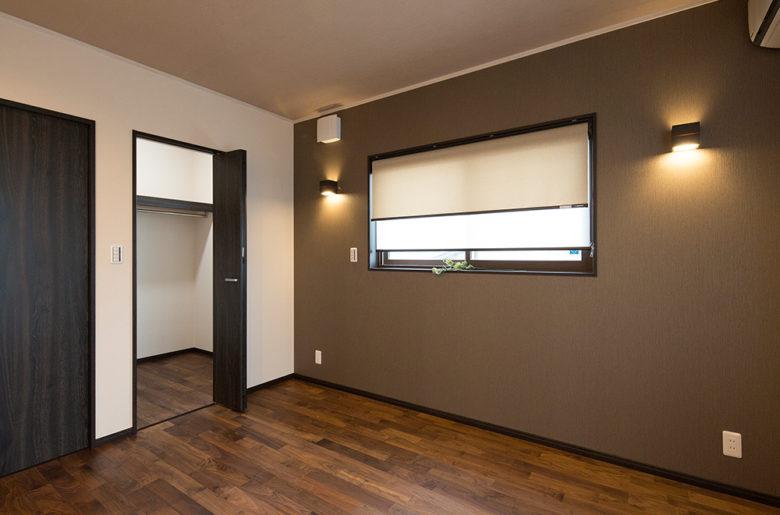 落ち着いた印象の寝室。間接照明をあしらって。