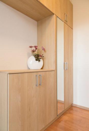 明るい色調の玄関収納。 メープルの木目が優しげな印象。