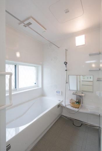 お風呂は浴室の重さをしっかり支える「フレーム構造」。震度6強相当の振動にも耐え抜く強さと耐久性を誇ります。