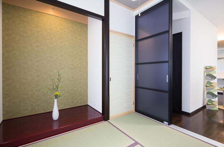 パーテーション(扉)を開けると天然い草の香り漂う、リビングと繋がる畳の間。