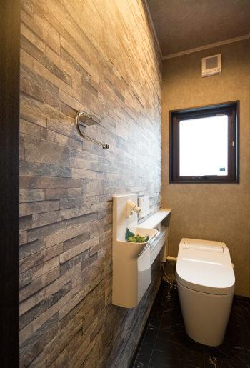 すっきりしたタンクレストイレとアートウォールを組み合わせて。