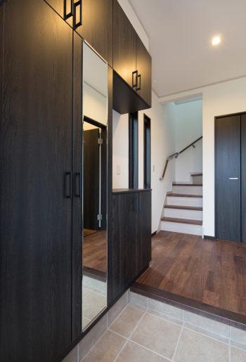 ダークカラーの玄関収納。玄関をきりっと引き締める。
