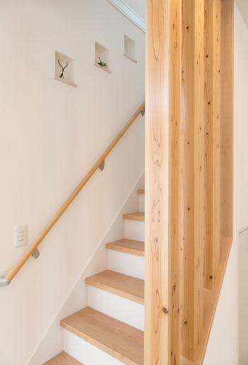 杉無垢の柱がインパクト大の階段には、リズミカルなニッチが並びます。