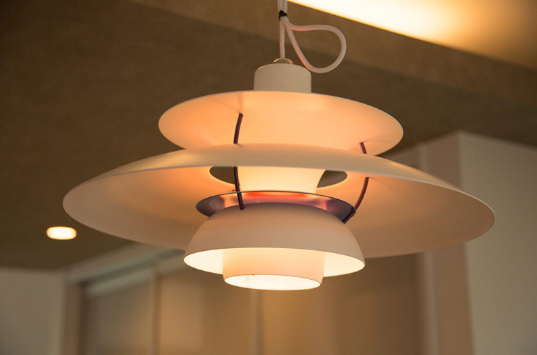 絶妙な色合いで木材とマッチする、北欧の照明器具。 黄昏色に照らされる空間は、ロマンティックな時間を演出します。