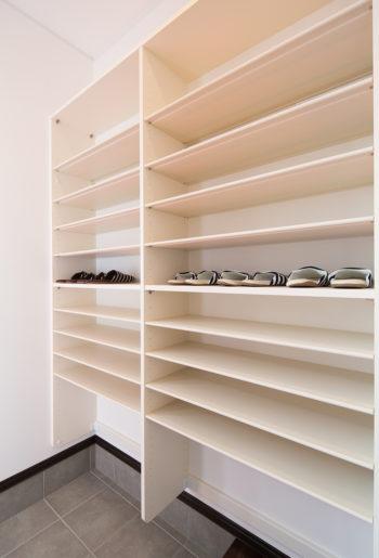 収納する物に合わせてスペース調整可能。 大容量のシューズクローク。