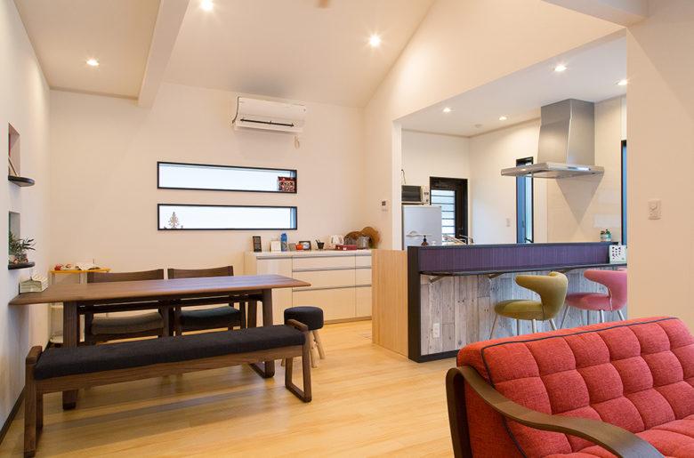 やわらかい色合いの広々リビング。奥様こだわりの家具が絶妙なバランスで空間を創り出す。
