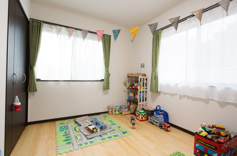 ガーランドが楽しそうな子ども部屋。