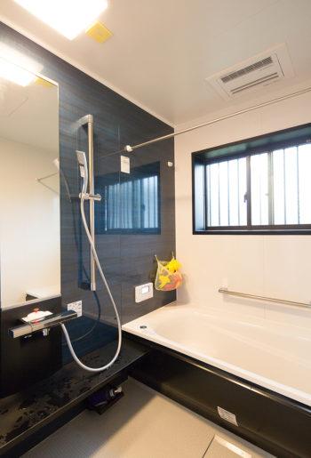 シックなカラーでまとめられた浴室。一日の疲れを癒します。