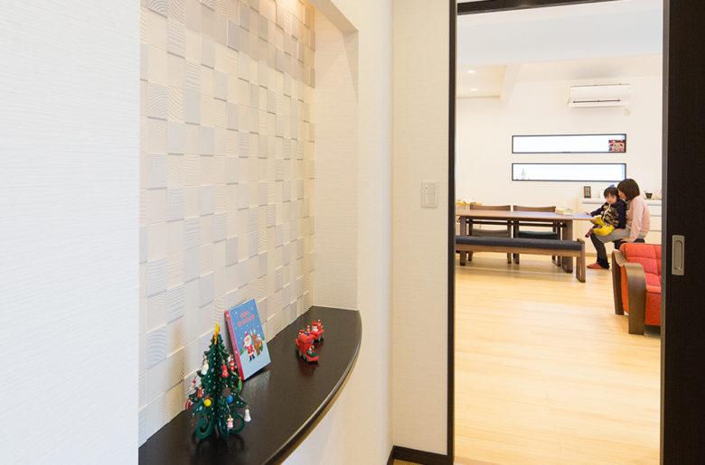 お客様を迎える玄関ホールにあしらわれたデザインニッチ。素材の陰影が見る人を楽しませる。