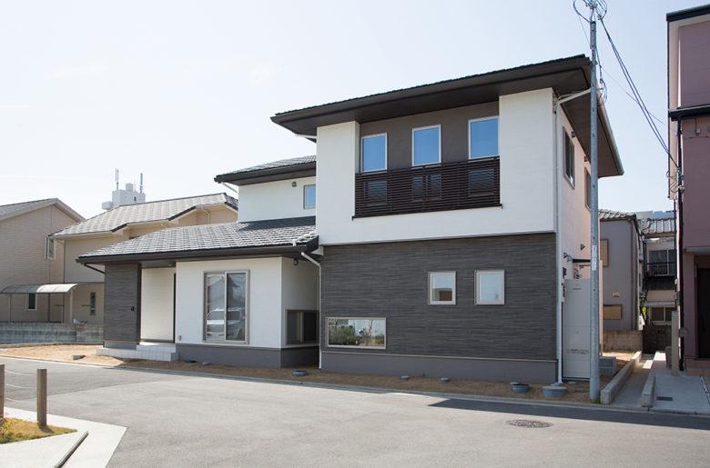 軒の水平ラインが美しい堂々とした外観。アクセントの塗り壁も素材の質感を引き立てる。まさに「 邸宅 」の風格。