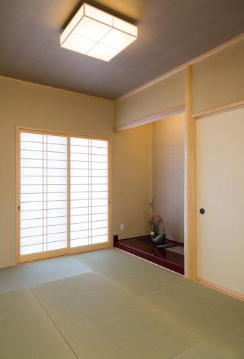 落ち着きのある和室。杉の絞り丸太が優しく品のある床の間を演出する。