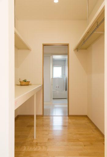 キッチンと洗面をつなぐクローゼット。家族の着替えもここで収納できる。