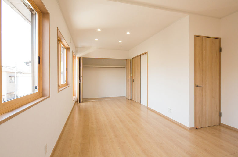 広々とした二間つづきのこども室。将来的には間仕切りをたてて区切るよう可変性をもたせたつくり。
