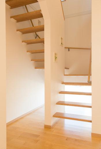 オープンスタイルの階段。踏板の浮遊感が新鮮。明るさも抜群!