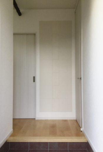 玄関ホールにはインパクトのあるエコカラットでお客様をお出迎え。調湿効果、デザイン性を兼ねた優れもの。