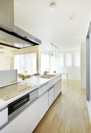 キッチンからは1階全体が見渡せます。 暮らしやすさに配慮した家なら、はじめての子育ても楽しみながらできそうです。