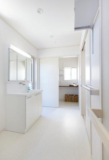 浴室、洗面所、家事室と続く動線を確保。 勝手口のすぐ横に家事室があり、洗濯物を取り込んですぐ片付けられます。
