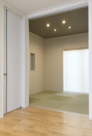 リビングドアは和室のスクリーンパーティションと同じ高さのハイドアですっきり。空間を広げ開放感と高級感を演出。
