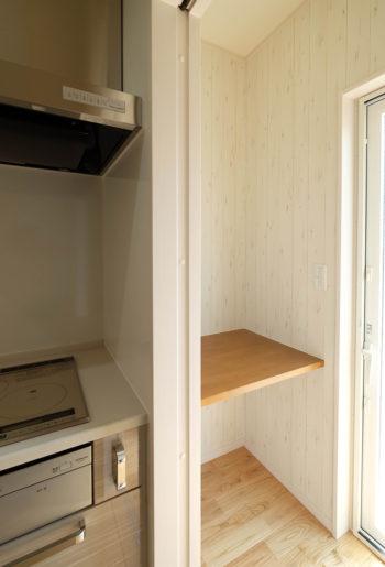 キッチン横にミニマムな家事室。 作り付けのカウンターでミシンをしたり、PCをしたり。 ちょっとした作業に、便利で嬉しいスペースです。
