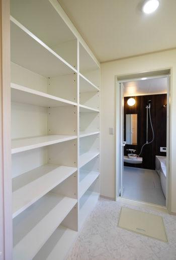 収納量抜群のシンプルクリーンな洗面脱衣室。 洗面台の背面全面に、天井まで高さがある可動棚を造り付け、大型収納を実現。 デットスペースを作らない設計はお掃除もしやすく、常に綺麗を保てます。