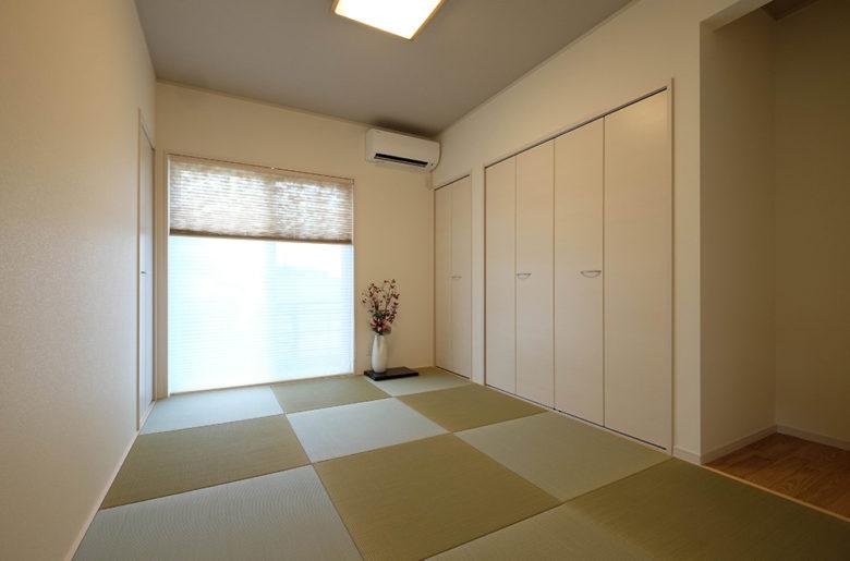 リビングと隣接する和室は、現代的なしつらいでありながらも、しっかりと和を感じられる落ち着きのある空間に。