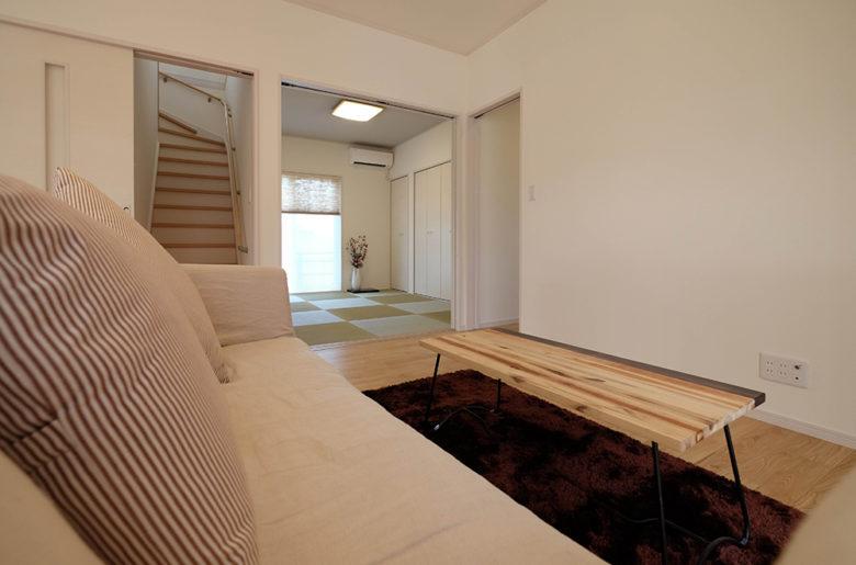 家族が顔を合わせる機会が自然と多くなる、リビング階段。 空調の効率を考え、階段登り口には扉を設けました。
