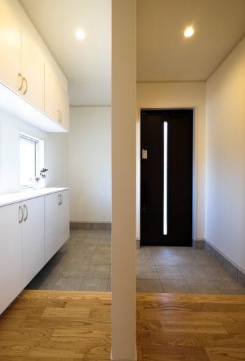 いつもすっきりとした表情のエントランス。 玄関の一部を造作壁でゆるやかに仕切り、お客様用の玄関と家族用玄関を確保。突然の来客時にも、慌てず対応できます。