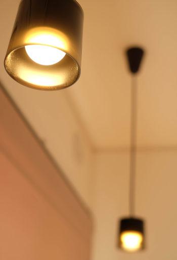 """キャンドルを思わせる柔らなか明かりが、お部屋を優しく包み込む。 お気に入りのライトの下で癒しの""""時""""をお過ごしください。"""