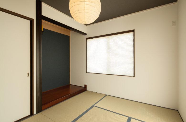 すっきりした和室。まあるい和紙シェードの照明がやさしい印象。