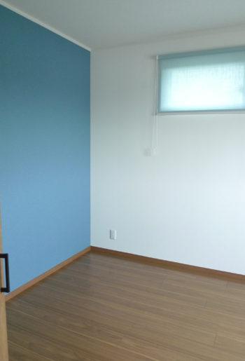 壁の一面をさわやかなグリーンと、ブルーに張り分けた子供室はロールスクリーンとも色を合わせて。。。楽しくなります。