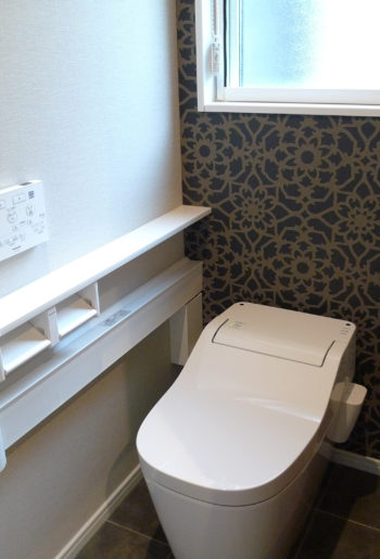 1Fトイレは奥様お気に入りのブラックモダンなクロスが貼られています。