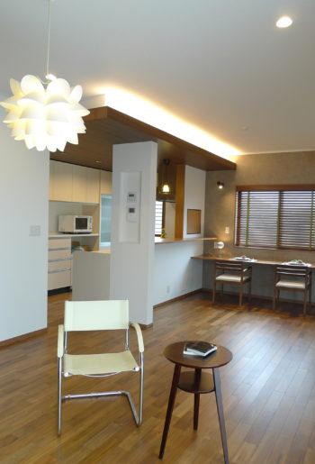 ナチュラルな素材を生かして完成した居心地の良いLDKは間接照明が雰囲気を高めます。キッチンからも家族の顔が見えて会話も弾みそう。