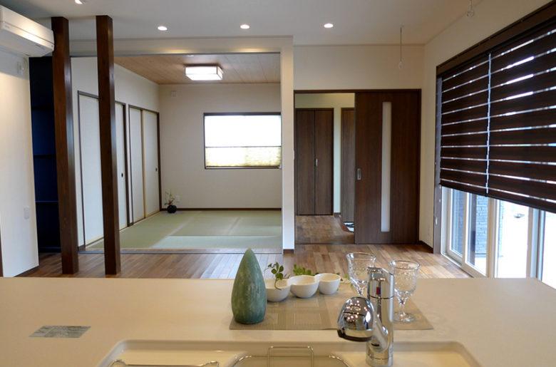 キッチンから一直線に、リビングダイニングと和室、玄関が見渡せる間取り。 「家族の雰囲気をいつも感じたい。」奥様のご要望を叶えた、家の奥行きを活かした設計です。