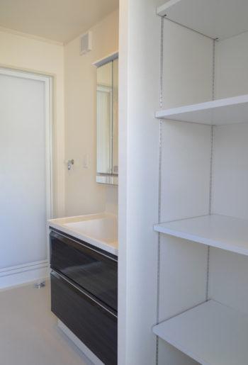 スッキリだけど使いやすい。シンプルでクリーンな収納棚。 用途に応じて高さ調整が可能。 もう一枚板を追加して、段数を増やせるのも魅力的。