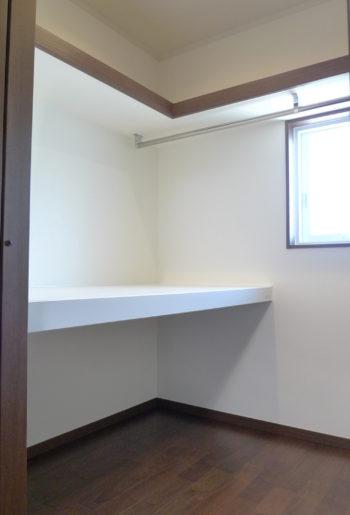 寝室横に設けられた3帖のWIC。 畳む物・吊るす物の収納箇所をクロスさせた収納方法は、これからの四季折々のお洋服達への愛情です。