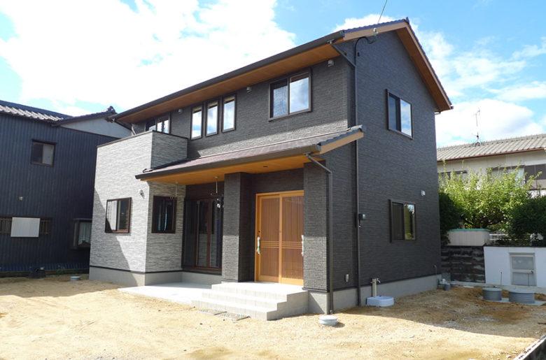 重厚感のある深い軒と凛とした存在感が印象的な和風住宅。 無垢の木材・漆喰など材料の安全性や質感にこだわりました。