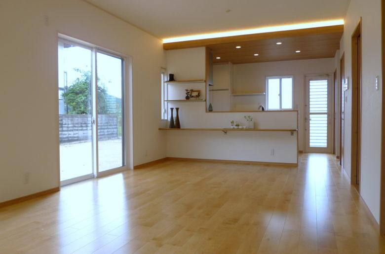間接照明の温かな色合いと、ナチュラル色の床が調和したリビング。 折り下げ天井とカウンターのコーディネイトが、ぬくもりあふれる空間を彩ります。